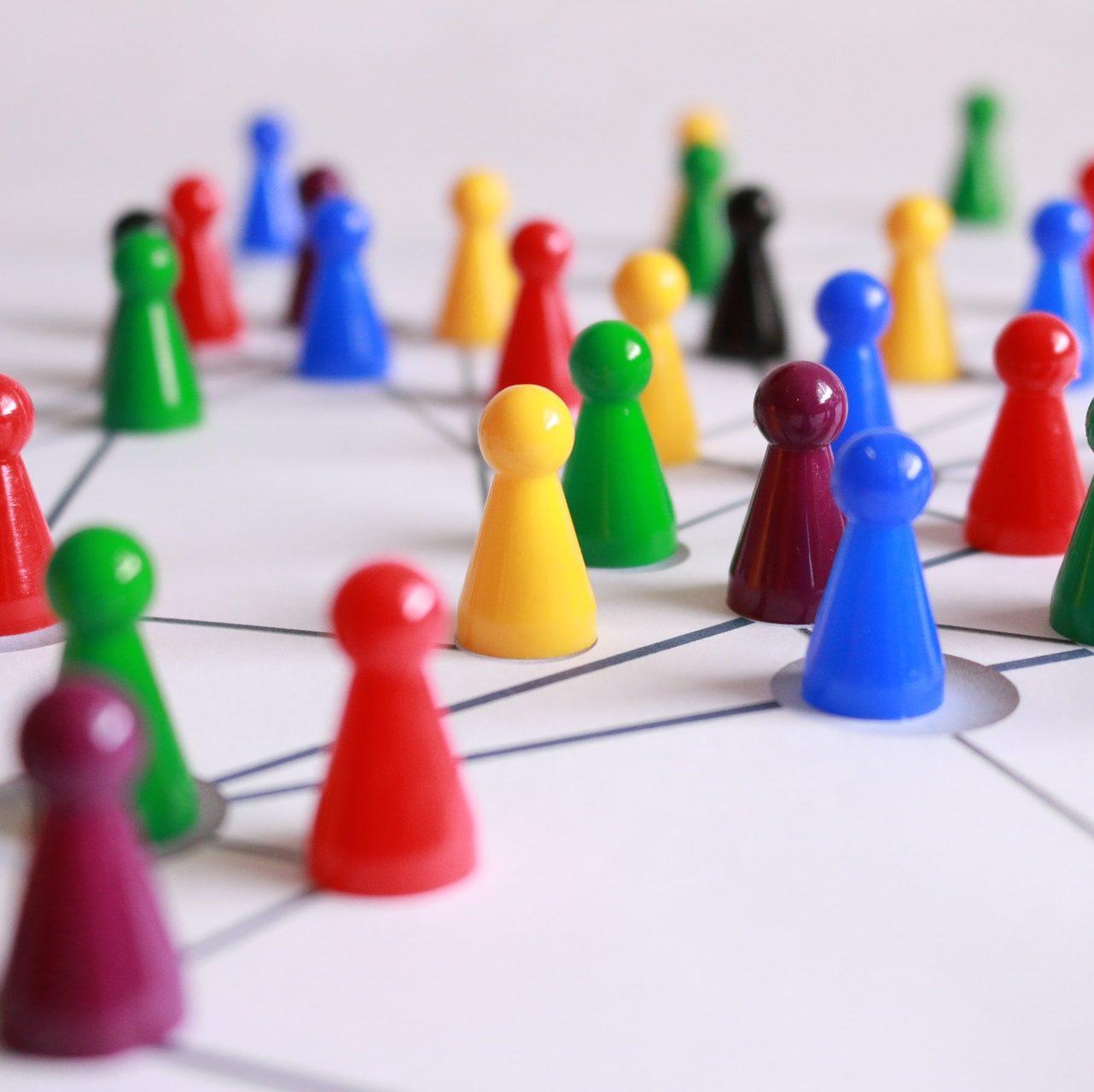 Système de réseau avec des pionts colorés de jeu de société